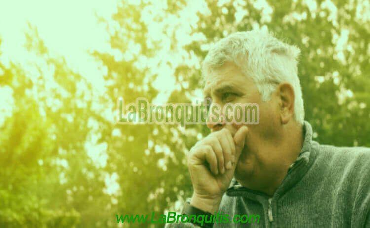 Hombre con tos y bronquitis