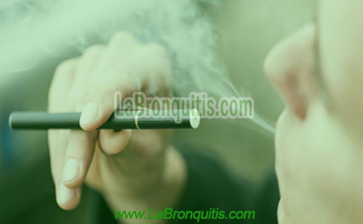 Hombre fumando con cigarrillos electrónicos