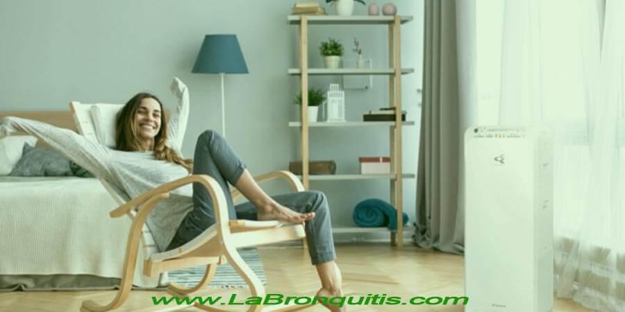 Mujer disfrutando de un purificador de aire