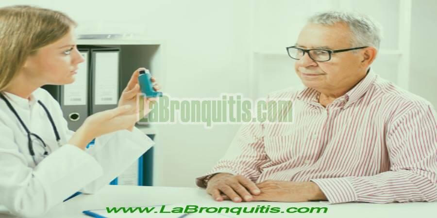 Hombre con asma con médico